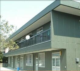 築20年のアパートを赤色系からモスグリーンへ塗り替え